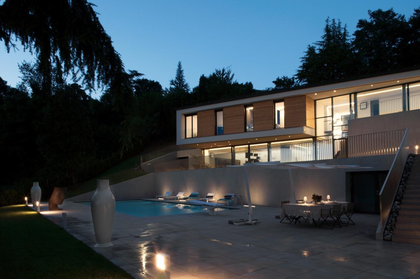 ad-arredo-dal-pozzo-progetto-arredo-ombrelloni-design-per-la-villa-con-piscina-in-stile-moderno.jpg